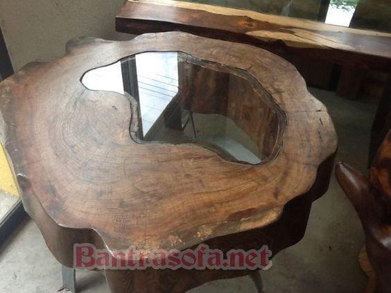 Sự kết hợp hết sức độc đáo giữa bàn trà gỗ nguyên khối kết hợp với mặt kính tinh tế sang trọng cho phòng khách hiện nay