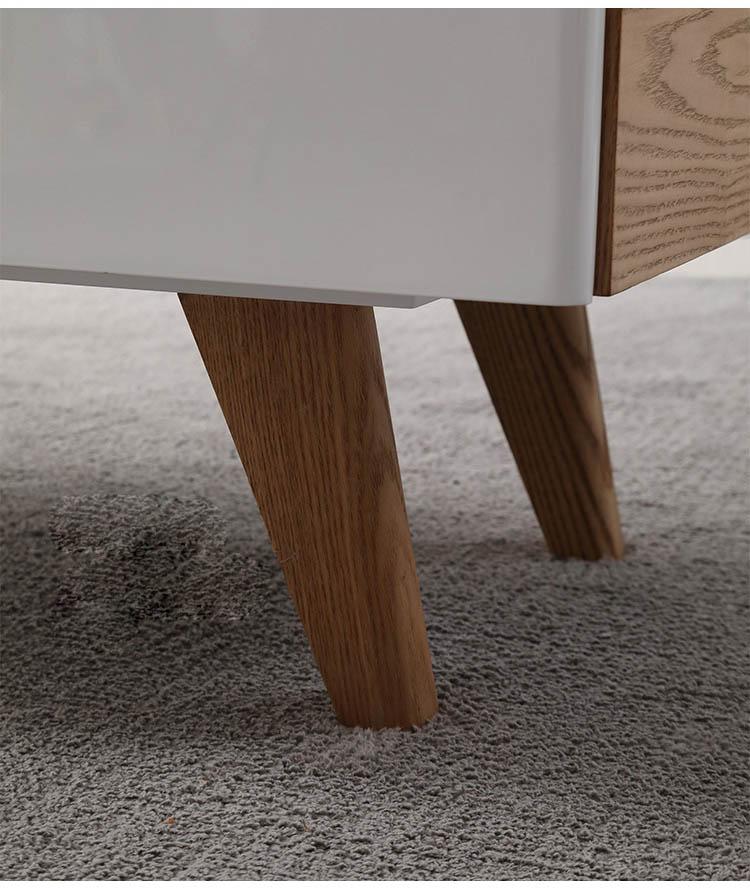 Chân ghế sử dụng gỗ sồi tự nhiên bền chắc, không mối mọt cong vênh.