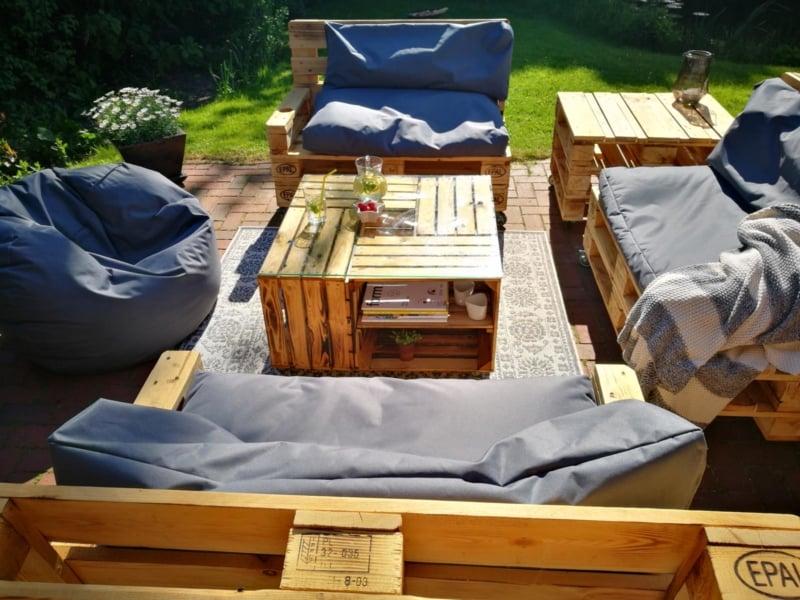 bàn trà gỗ pallet được bài trí ngoài trời