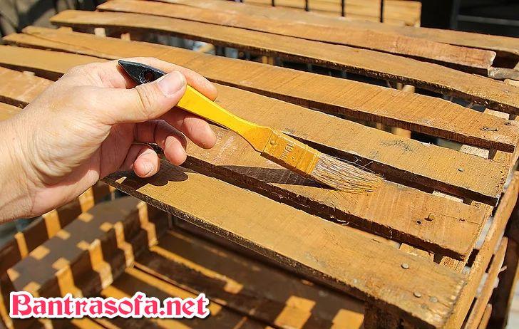 sơn phủ lên bàn trà gỗ pallet
