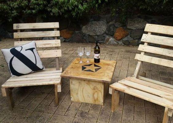 bàn trà gỗ pallet kèm 2 ghế sử dụng ngoài trời