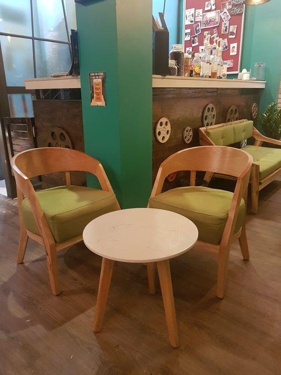 bàn trà tròn chân gỗ và ghế tựa bằng gỗ