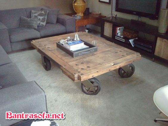 bàn trà gỗ cổ xưa có bánh xe