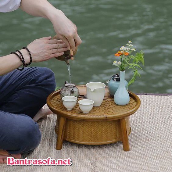 Bàn kiểu Nhật nhỏ dùng để uống trà.