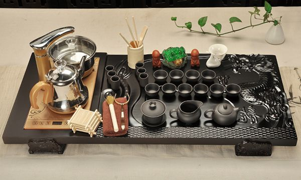 Hệ thống cấp nước tiện nhanh tích hợp trong bàn trà điện.