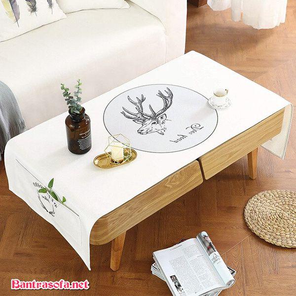 bàn trà sử dụng khăn trải bàn màu trắng