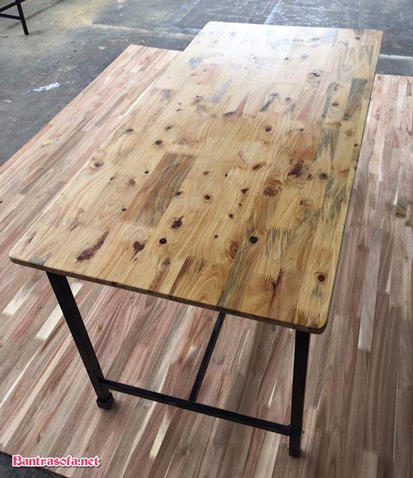 Mặt bàn làm từ gỗ thông ghép